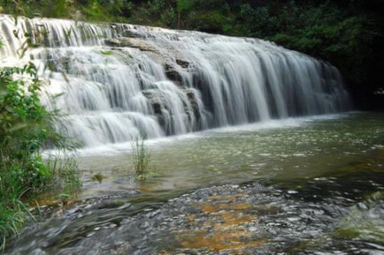 石板河风景区距县城15公里,东邻马过河,北与北大营草场连成一片.